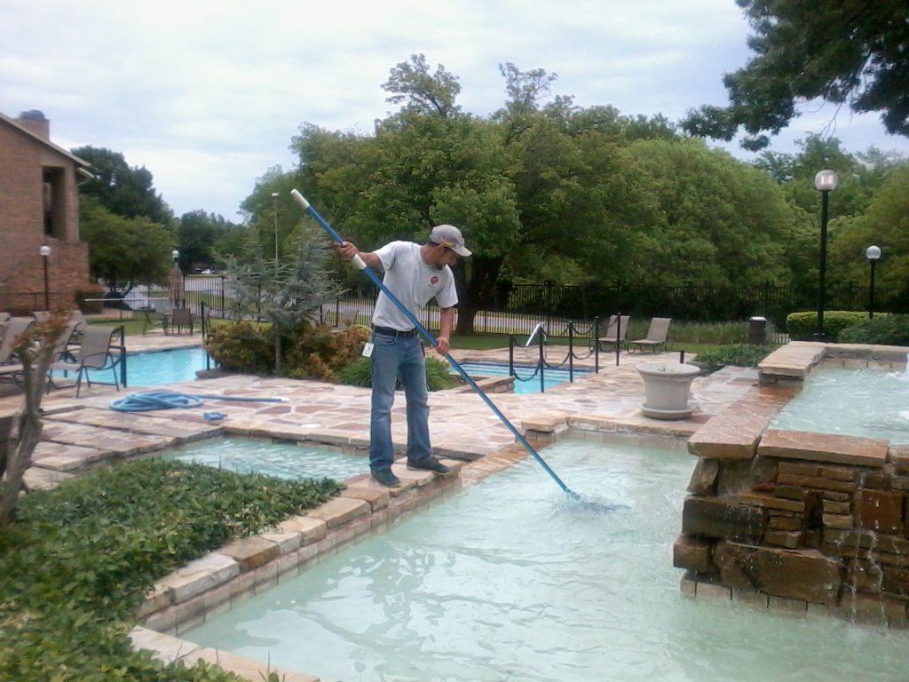 limpiando piscina